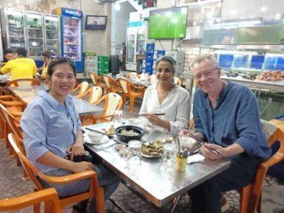 Dégustation d'aliments spéciaux de rue à Nha Trang en motocyclette